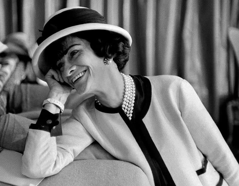 5 жизненных наставлений от Коко Шанель: духи — всегда, лук — никогда.