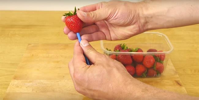 7 фруктов и ягод, которые ты всю жизнь резал неправильно. Всё, оказывается, так просто!
