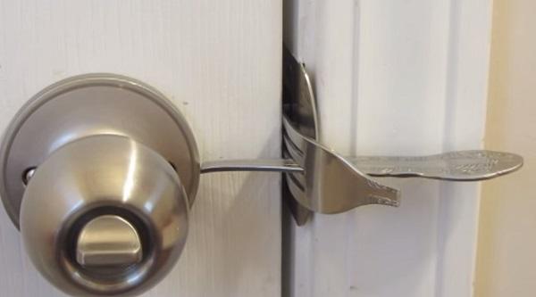 Это обычная вилка, но с помощью хитроумного трюка она может спасти твой дом от грабителей!