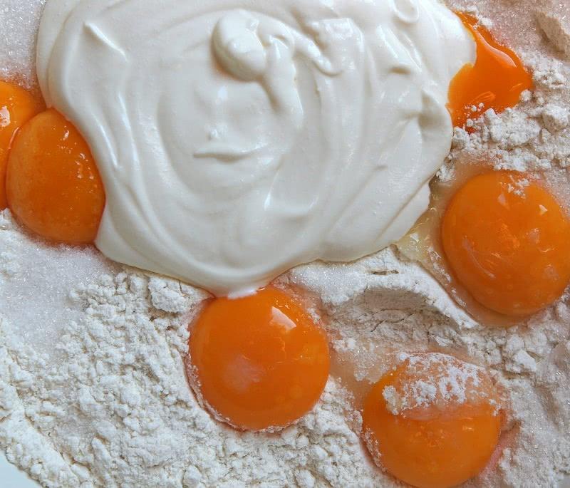 Этот пирог может приготовить даже школьник. Подойдет любая начинка.