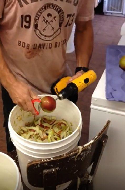 Как очистить целый мешок яблок всего за 5 минут. Очень креативное решение!