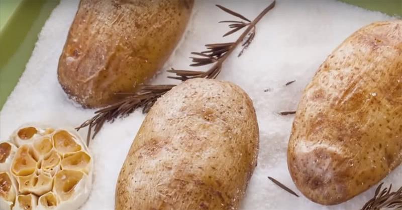 Как приготовить идеальный запеченный картофель: элементарный лайфхак для вкуснейшего блюда!