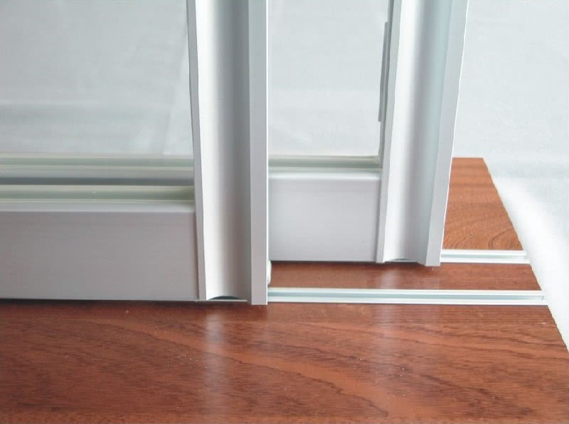 Мама подсказала, как быстро помыть оконные рамы и системы раздвижных дверей. Отличный простой способ!