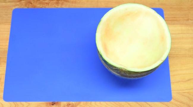 На первый взгляд, это обычный арбуз. Но ты удивишься, когда возьмешь кусочек.