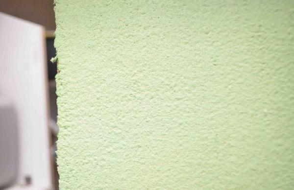 Он нарезал листы бумаги и замочил в воде, чтобы получить универсальную смесь для отделки стен!