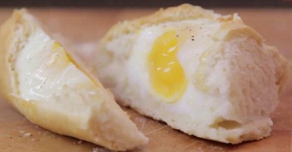 Он сделал в батоне 4 отверстия, чтобы одним махом приготовить улетный завтрак!