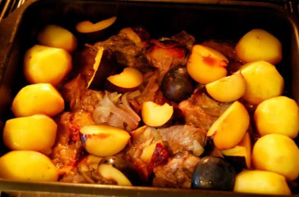 «Пьяные» свиные ребрышки, запеченные со сливами: от такой вкусноты не откажется никто!