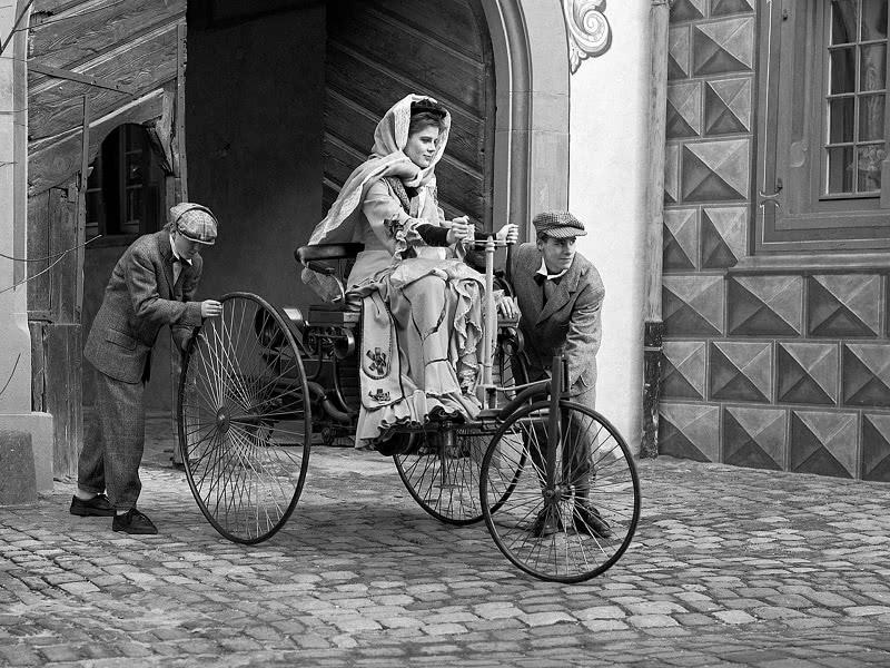 Первая женщина за рулем автомобиля