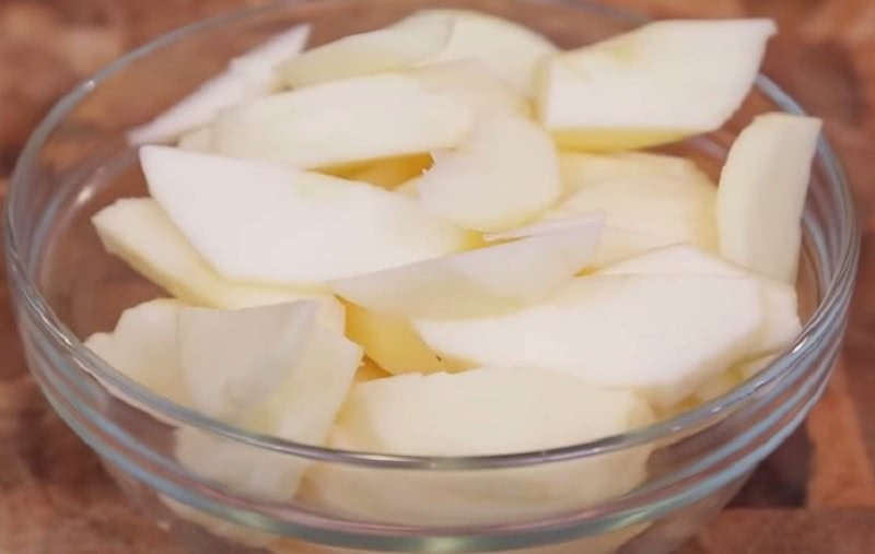Поистине лучшее, что можно приготовить из яблок: вкуснейший пирог за 20 минут.