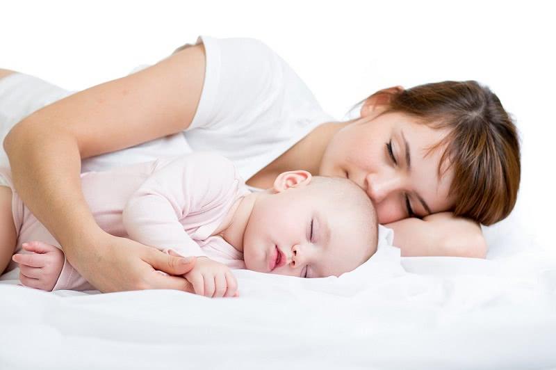 Ребенок должен спать с мамой до 3 лет. А как же папа? В стороне, иначе беды не избежать!