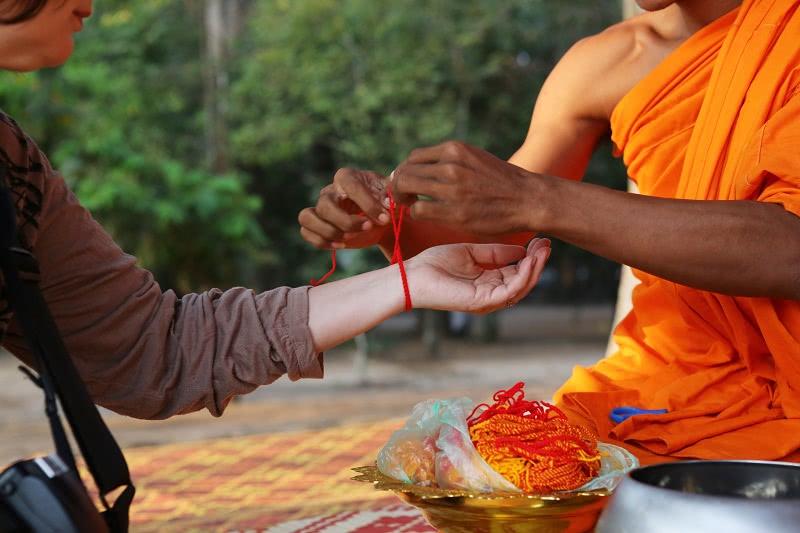 Самые сильные обереги — женские браслеты! Узнай, как именно носить красную нить.