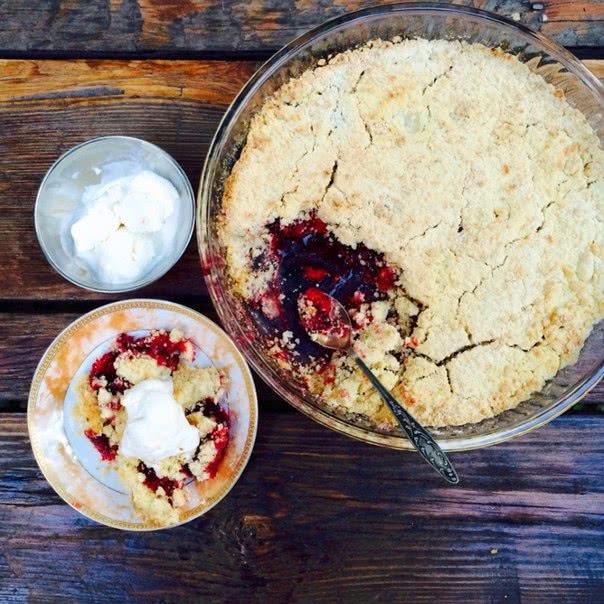 Традиционный английский десерт: аппетитный и легкий ягодный крамбл из подручных ингредиентов.