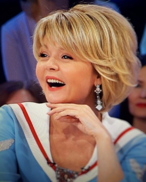 Юлия Меньшова — настоящая красавица. В 48 выглядит как девочка! И делится секретами молодости с публикой.